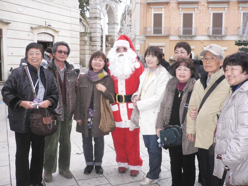 Babbo Natale in piazza Vittorio Veneto a Matera con turisti