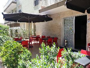 Alimenti DOC - tavoli all'esterno del locale - Matera