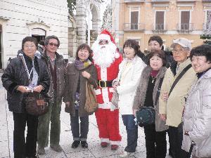 Babbo Natale in piazza Vittorio Veneto a Matera con turisti - Matera