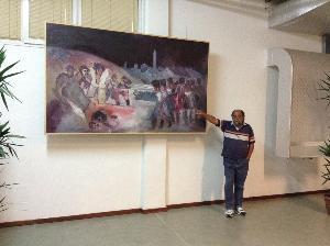 Rocco Calabria con una sua opera in esposizione  - Matera