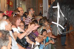 il popolo applaude i protagonisti della Festa, quei cavalli che tanto, sin da bambini, ci fanno trepidare nell'attesa...