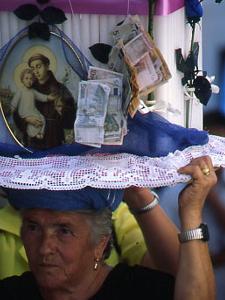 I CINTI, CERI DECORATI PORATI SUL CAPO DA DEVOTI DI S.ANTONIO A ROTONDA, IN BASILICATA. Il culto arboreo è un evento che unisce religione e folclore in una meravigliosa cittadina ai piedi del monte Pollino.