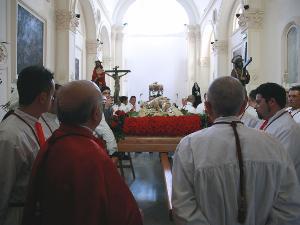 UN MINUTO DI SILENZIO PRIMA DI AVVIARSI IN PROCESSIONE. UNA MANIFESTAZIONE RELIGIOSA PUGLIESE CHE RISALE AL 1300.
