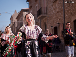 """542ª edizione delle Vallje di Civita  """"Secondo la tradizione queste feste sono state stabilite per rievocare una grande vittoria riportata da Giorgio Castriota Skanderberg contro gli invasori Turchi, proprio nell'imminenza della Pasqua.  La """"vallja"""" consiste in una danza popolare, formata da giovani vestiti in costume tradizionale arbëresh, che tenendosi a catena per mezzo di fazzoletti e guidati all'estremità da due figure particolari, chiamati """"flamurtarë"""" (portabandiera), si snodano per le vie del paese eseguendo canti epici, rapsodie tradizionali, canti augurali o disdegno per lo più improvvisati."""""""