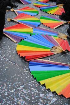 Durante la festa i ventagli sventolano in libertà a nome della pace del mondo