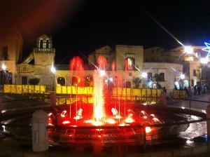 Anche la fontana di piazza Vittorio Veneto partecipa, con i suoi getti colorati, all'allegria natalizia.