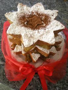 Un pandoro semplice...simbolo dela nostra tradizione, un tocco di rosso e una spolveratina di zucchero per un Goloso Natale!Elemento immancabile in un Natale all'italiana!