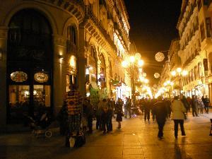 """Anche a Zaragoza le starde si riempioni di gente e luci, di colori e desideri dei bimbi..e un pizzico di magia in più grazie a un coloratissimo """"pallazo""""! feliz Navidad!"""