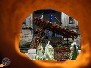 i magi che portano doni alla Sacra Famiglia.. osservati da uno spiraglio. Spiraglio di speranza affinchè i doni di serenità giungano a tutta la città