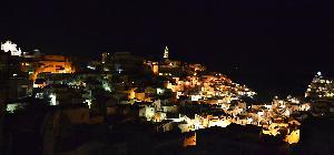Vista panoramica notturna dei Sassi di Matera nei giorni di Natale
