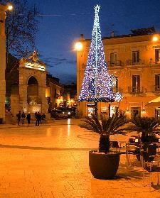Matera, uno scorcio di Piazza Vittorio Veneto con la Fontana Ferdinandea sul far della sera del 4 gennaio 2011.