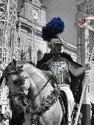 Un cavaliere si appresta all'adunata in piazza Vittorio Veneto