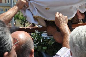 Sono molti i devoti che a Piccianello si danno da fare per scendere la Madonna. Foto scattata il 2 luglio 2010