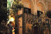 interessante il particolare della sacralità del quadretto, in armonia con i colori caldi delle decorazioni d'oro del carro che assorbendo la luce del lampione riempiono di significato il momento di raccolta intimità