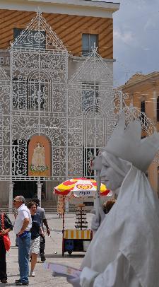 Il sacro e il profano: due statue a confronto.