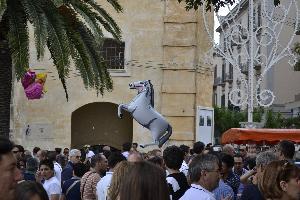Un palloncino raffigurante un cavallo rappresenta l'attesa di tutti i materani della famosa sfilata dei cavalieri a Mezzogiorno.