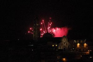Il bagliore dei fuochi pirotecnici nella notte della festa di Maria Santissima della Bruna.