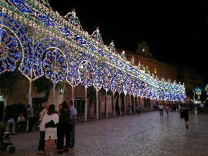 Lo splendido filare delle luminarie alla vigilia della festa di Maria Santissima della Bruna.