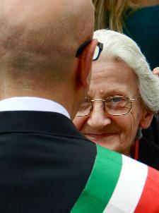 Il sindaco saluta la sarta che prepara la Madonna per la Festa - Piazza San Francesco D'Assisi - 2 Luglio