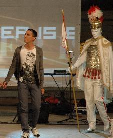 Sguardo fiero e portamento da cavaliere del maestro di ballo Eustachio Grieco nel corso della I Serata del Cavaliere svoltasi nella Piazza S. Francesco di Matera con l'esibizione degli allievi della scuola di ballo.