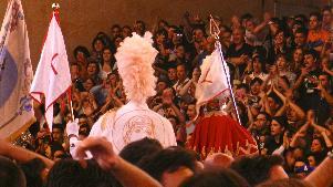 Gente festante al passaggio dei Cavalieri - Piazza Vittorio Veneto - 2 Luglio 2011