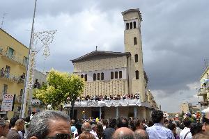 Gente riunita in ogni angolo per poter vedere o intrevedere Maria SS. della Bruna