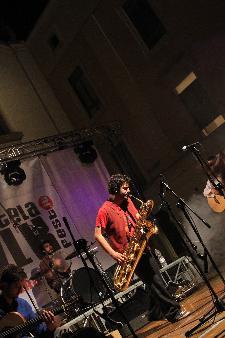 musica ... con il sax .. uno deipiù bei strumenti musicali ...