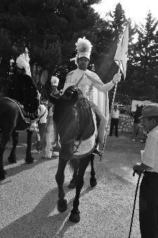 8.30 del 2 luglio un uomo anziano guarda un Cavaliere e pensa che anche lui anni fa è stato Cavaliere