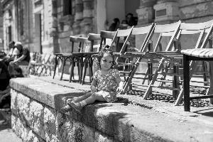 Una bambina con un'espressione irresistibile