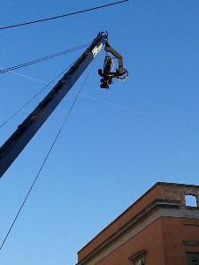 La telecamera posizionata sul crane che inquadra la piazza.