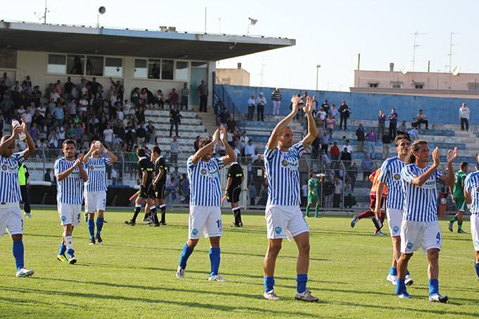 Saluto tifosi fine partita - Matera Calcio vs Monospolis (foto Cosimo Martemucci)