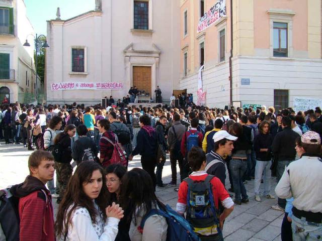 STUDENTI IN PIAZZA CONTRO IL DECRETO GELMINI (foto martemix)