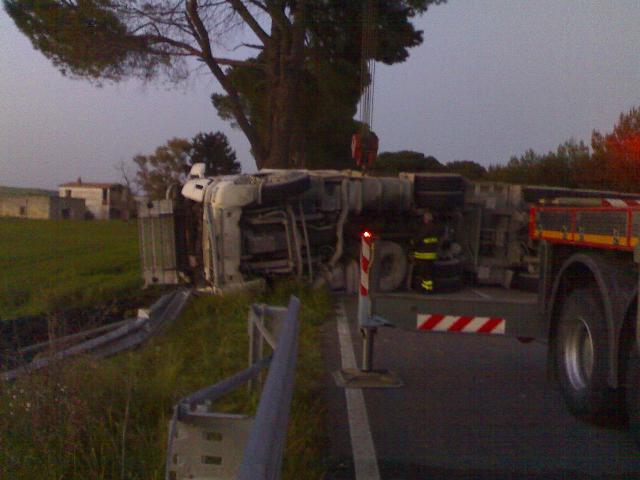 Si ribalta un camion sulla via per Laterza
