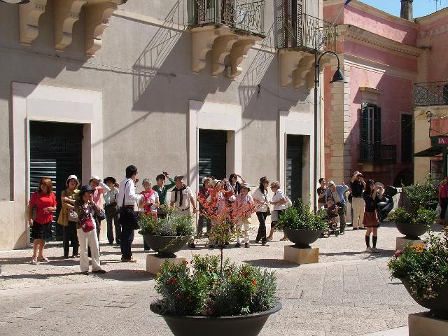Turisti a Matera in via Ridola (foto martemix)