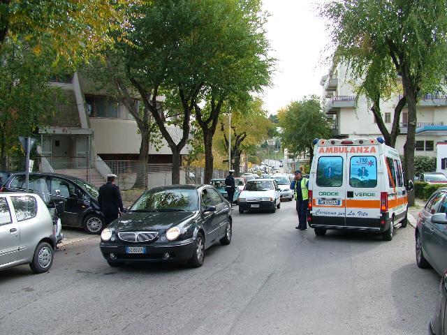 Incidente tra tre veicoli nei pressi del PalaSassi (foto martemix)