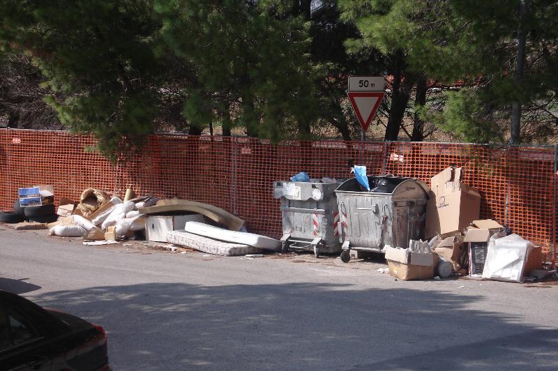 Da oltre 20 giorni aperta una nuova discarica alla zona Paip 1 in via dei mestieri di fianco al  Parco IV Evangelisti
