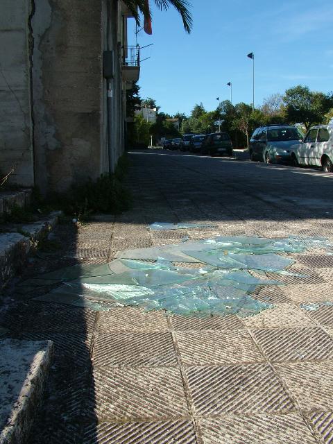 Lastre di vetro sui marciapiedi di via Passarelli
