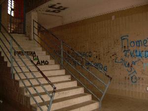 PIAZZA TRE TORRI IN PREDA AI GRAFFITARI (foto martemix)