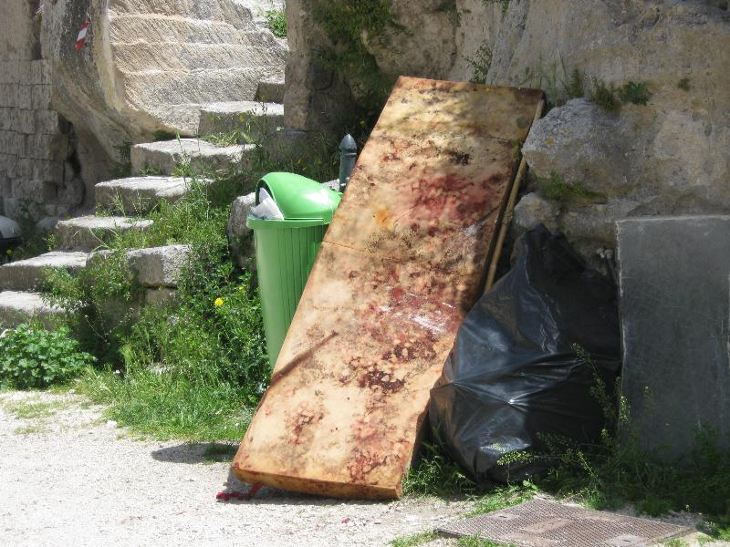 rifiuti nei sassi (foto Martemix)