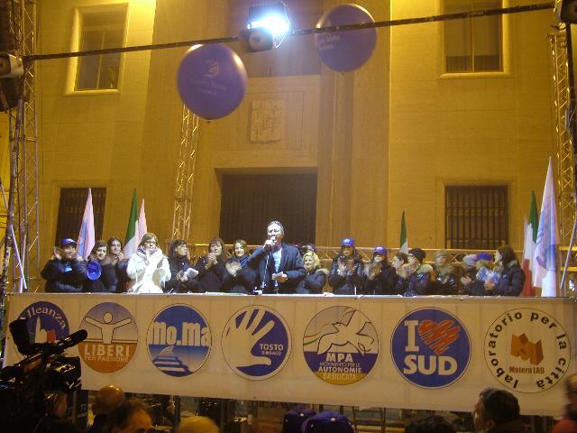 Comizio di Angelo Tosto in piazza Vittorio Veneto