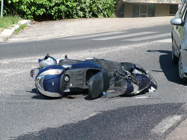 Incidente tra scooter e auto (foto martemix)