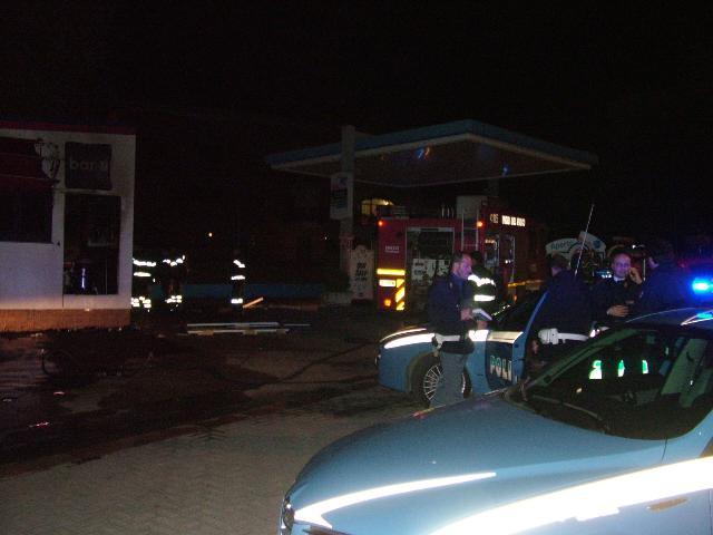 A fuoco il bar in un distributore di carburanti