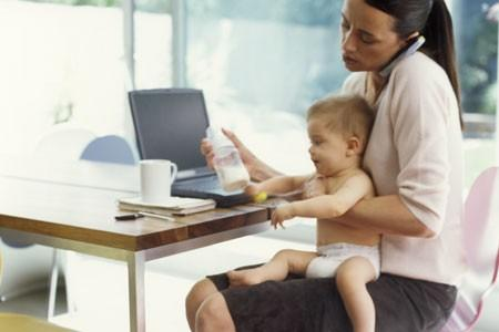 Mamma con bambino al lavoro