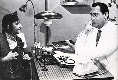 Alberto Sordi nella parte del medico