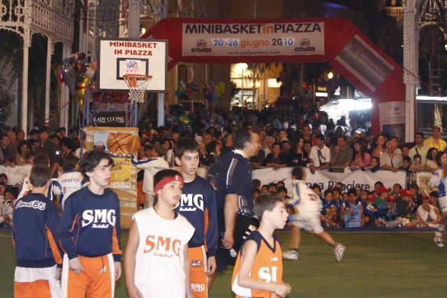 Alcuni bambini della Minibasket in piazza 2010