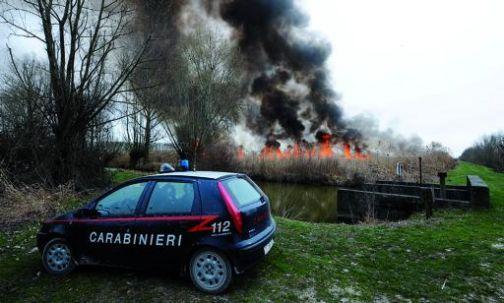 Carabinieri al lavoro per combattere gli incendi