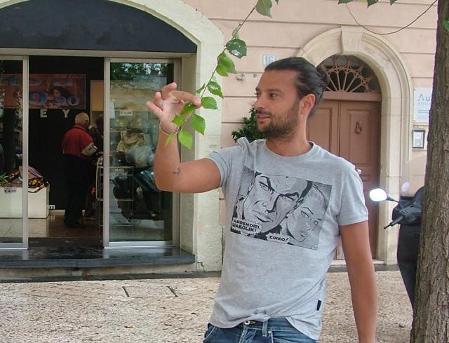 Un commerciante mostra gli alberi pieni di guano (foto Martemix)