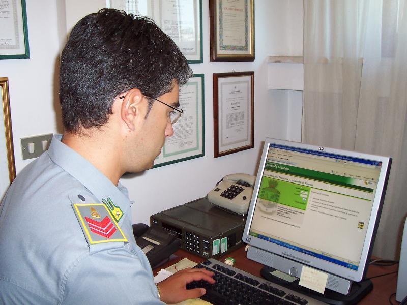 Militare addetto alle banche dati