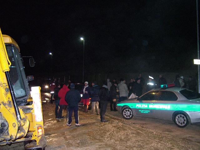 cittadini in protesta ieri sera in recinto Rota (foto Martemix)
