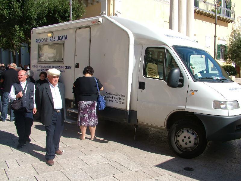 il camper per i controlli della vista in piazza Veneto (foto Martemix)